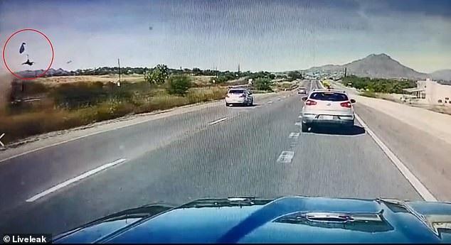 Khoảnh khắc tài xế bị văng ra khỏi xe