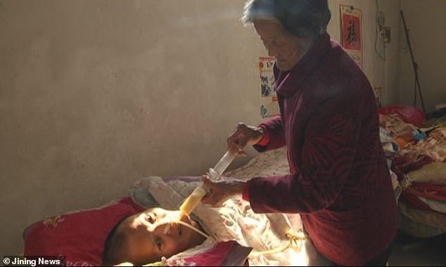 Bà Wei đã chăm sóc cho con trai mình hơn một thập kỷ qua mà không một lời phàn nàn