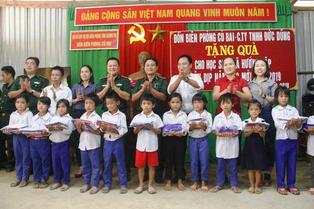 Lực lượng vũ trang chung tay vận động các tổ chức tặng quà cho học sinh miền núi.