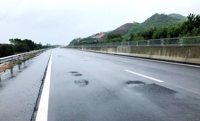 Tuyến cao tốc Đà Nẵng - Quảng Ngãi vừa thông xe toàn tuyến đầu tháng 9/2018 đã xuất hiện tình trạng bong tróc mặt đường, gây nguy hiểm cho phương tiện lưu thông