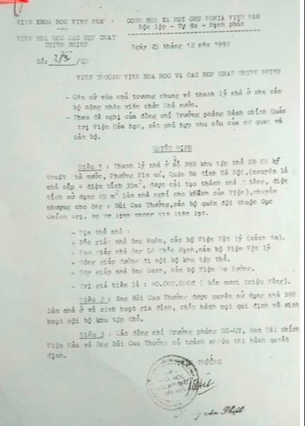 Một hộ dân có Quyết định số 38a/QĐ ngày 25/12/1992 của Viện khoa học các hợp chất thiên nhiên - Viện khoa học Việt Nam về việc thanh lý nhà ở số B9B Khu tập thể UB KH kỹ thuật Nhà nước cho chủ cũ trước khi chuyển nhượng lại.
