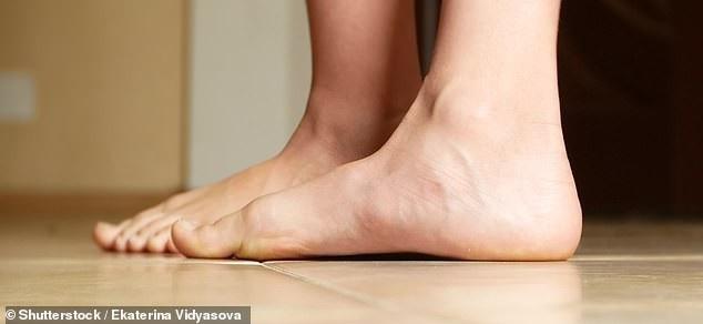 Bàn chân bẹt có thể gây đau ở bàn chân, đau lưng và chân.