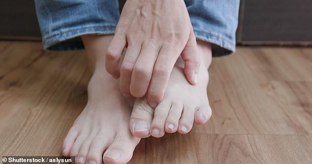 """Nếu bị bệnh """"bàn chân vận động viên"""", hãy để chân trần càng lâu càng tốt sau khi tắm để cho da khô"""