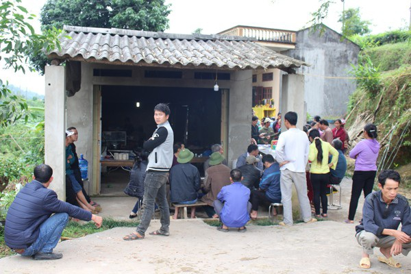 Người dân thôn Tân Bình, thị trấn Yên Bình trong đám tang của chị H (Ảnh: Báo Hà Giang).