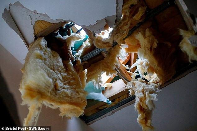 Thoát chết trong gang tấc khi khối băng từ máy bay rơi trúng giường ngủ - 3