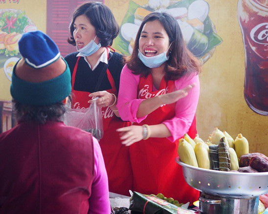 Ai nói trải nghiệm ẩm thực Hà Nội không thân thiện? Hàng quán Hà Nội cũng hào sảng như thế này đây!