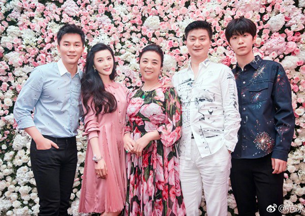 Phạm Băng Băng chụp ảnh bên gia đình tại tiệc đính hôn của cô hồi năm ngoái với nam diễn viên Lý Thần.