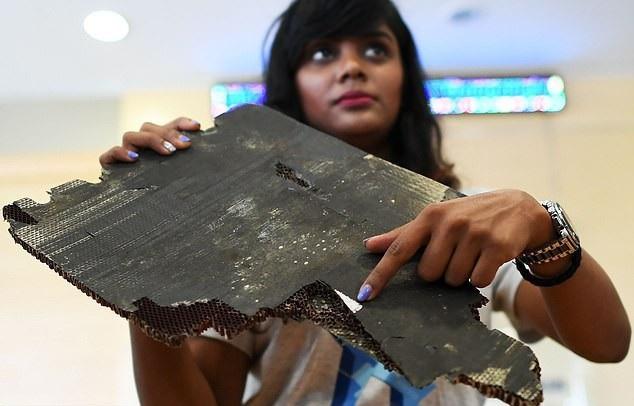 Một mảnh vỡ nghi của MH370 do thân nhân hành khách cung cấp (Ảnh: AFP)