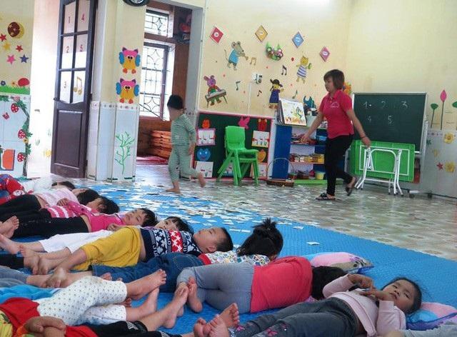 Trong khi các bạn ngủ trưa, cháu P. vẫn chạy nhảy cô giáo phải luôn kèm sát. (Ảnh: Đức Văn)