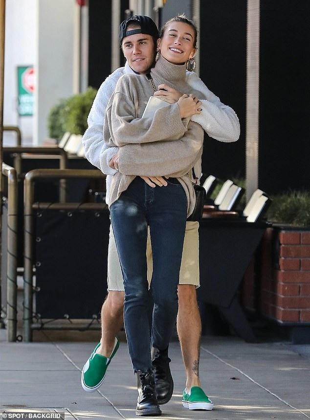Đôi vợ chồng trẻ Justin Bieber và Hailey Baldwin ôm nhau tình tứ khi xuất hiện trên đường phố Los Angeles ngày 30/11 vừa qua