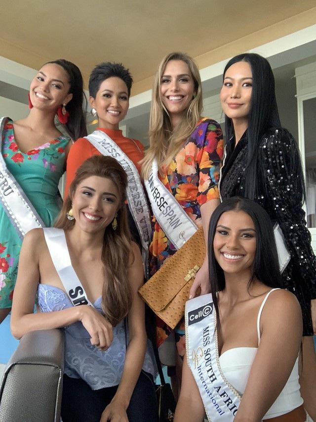 Mái tóc ngắn cá tính, nụ cười, thần thái rạng rỡ và sự hòa đồng thân thiện là những ấn tượng đầu tiên của H'hen Niê khi gặp gỡ các thí sinh đến từ các nước tại Hoa hậu Hoàn vũ 2018 được tổ chức tại Thái Lan.