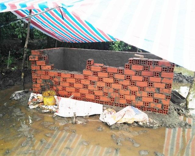 Phần huyệt mộ của ông Thuận thời điểm bị đập phá.