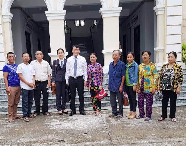 Người thân của gia đình ông Đoàn Vĩnh Thuận vui mừng sau phiên tòa tuyên phần thắng thuộc về mình.