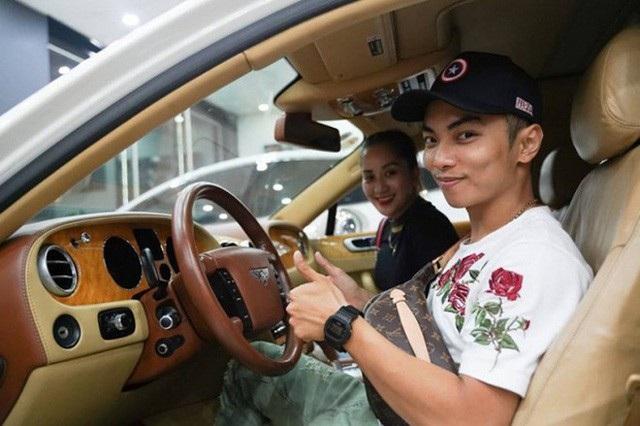 Cách đây ít ngày, Phan Hiển còn đưa vợ đi chọn ô tô vì sự an toàn của bà xã mặc dù bản thân anh chỉ thích đi mô tô cho thoáng.