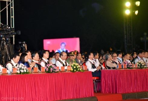 Thủ tướng và các đại biểu dự lễ khai mạc Festival văn hóa cồng chiêng Tây Nguyên 2018. Ảnh: VGP/Quang Hiếu