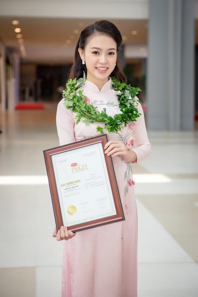 Người đẹp truyền thông của cuộc thi Hoa hậu Việt Nam 2016 Phùng Bảo Ngọc Vân tiếp tục vinh dự nhận giải thưởng KOVA dành cho những sinh viên học tập xuất sắc và có thành tích cao trong nghiên cứu khoa học.