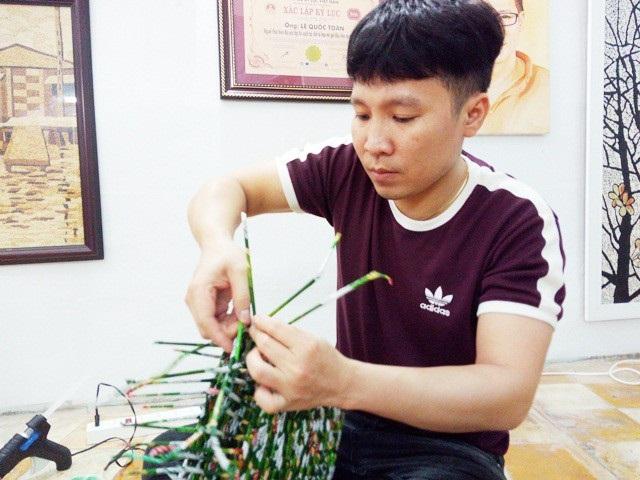 Thầy Lê Quốc Toàn đang làm một sản phẩm.