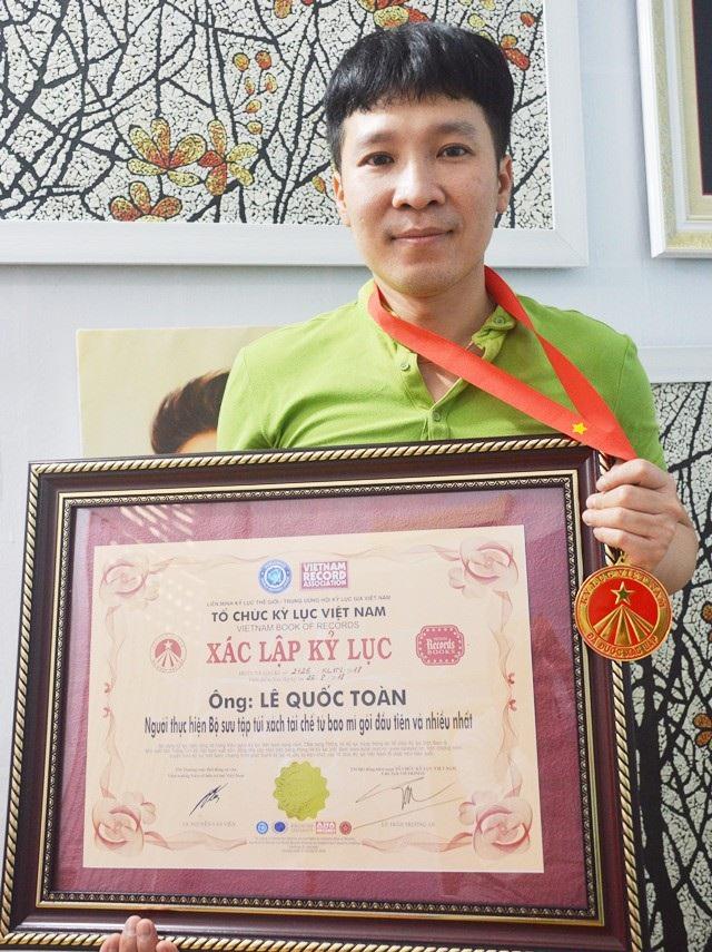 Tổ chức kỷ lục Việt Nam trao xác nhận kỷ lục: Người thực hiện Bộ sưu tập túi xách tái chế từ bao mì gói đầu tiên và nhiều nhất.