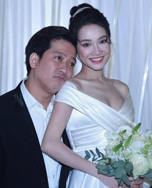 Trường Giang chia sẻ bên Nhã Phương trong ngày cưới, nam diễn viên còn bày tỏ hạnh phúc của mình sau khi kết hôn: Có vợ bên cạnh là không bao giờ lạnh. Mưa gió dữ quá bà con ơi, trời này có ở nhà trùm mền ngủ là nhất thôi.