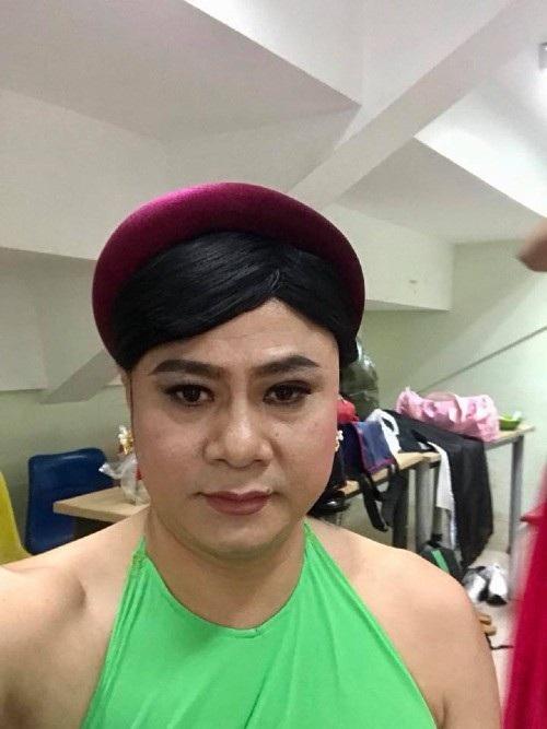Nghệ sĩ hài Tự Long chia sẻ hình ảnh vai u thịt bắp nhưng vẫn không ngại mặc áo yếm giả gái trong chương trình chuẩn bị cho dịp Tết.