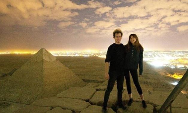 Cặp đôi du khách trước khi khỏa thân tạo hình phản cảm trên kim tự tháp