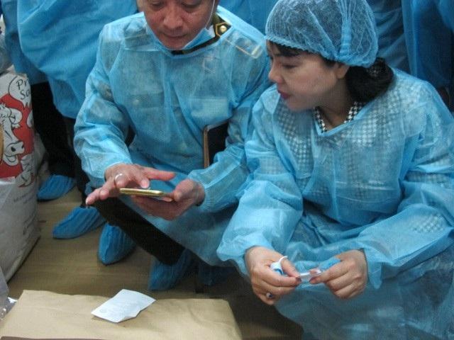 Bộ trưởng Bộ Y tế Nguyễn Thị Kim Tiến trong một dịp thị sát, kiểm tra an toàn thực phẩm tại làng mứt Xuân Đỉnh.