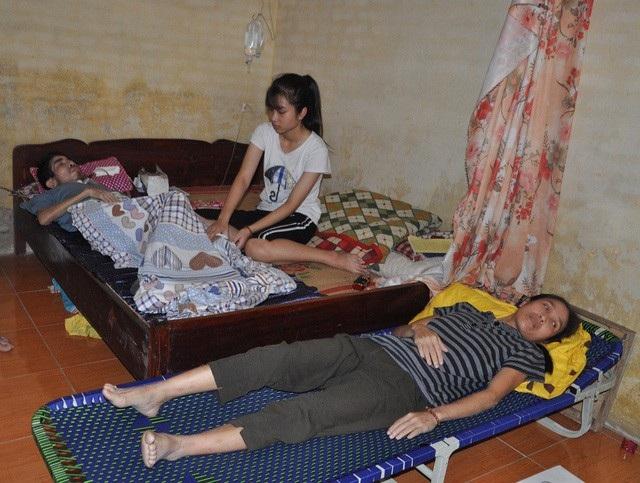 Cùng lúc chăm cả bố và mẹ đều bị ung thư khiến cho cô bé Thảo gặp rất nhiều khó khăn.