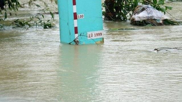 Sáng 10/12, lũ trên sông Trà Câu vẫn còn ở mức BĐ3, gần bằng đỉnh lũ năm 1999 gây ngập nhiều xã của huyện Đức Phổ.