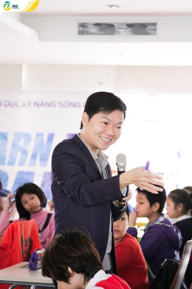 TS. Nguyễn Chí Hiếu truyền đạt những bài học bổ ích cho các em học sinh trong cuộc thi tư duy sáng tạo G.E.M contest.