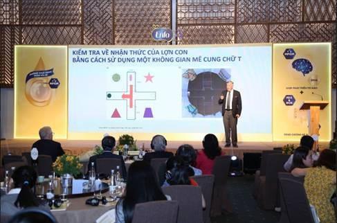 Giáo sư Geoff Cleghorn – Chuyên gia Nhi khoa Đại học Công nghệ Queensland (Australia), Giám đốc nghiên cứu Viện Dinh dưỡng Nhi khoa Mead Johnson Nutrition Châu Á Thái Bình Dương trình bày các nghiên cứu khoa học về tác dụng của MFGM đến trí não trẻ