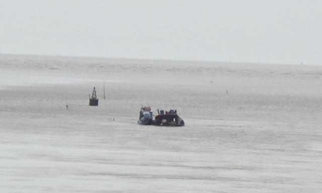 Khu vực xà lan bị chìm ngoài cửa biển Nhà Mát, TP Bạc Liêu, tỉnh Bạc Liêu.