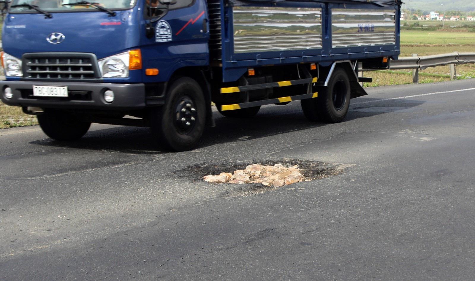 Bộ GTVT yêu cầu khắc phục ngay con đường chi chít ổ gà gây tai nạn chết người - Ảnh 3.