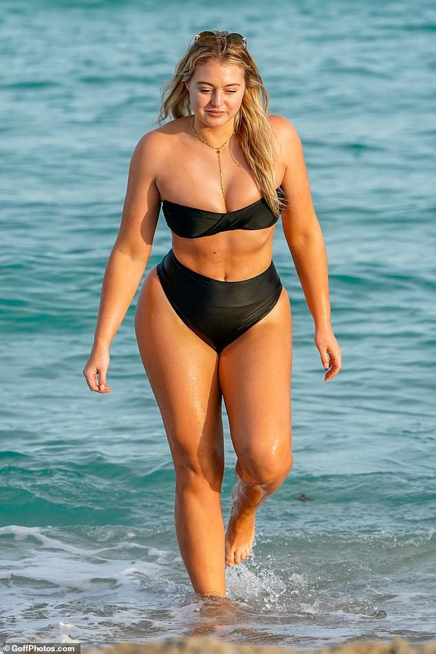 Iskra Lawrence sở hữu ngoại hình to béo nhưng với chiều cao 1m75 và 3 vòng rất cân đối theo phom đồng hồ cát. Do vậy, cô là một trong số ít người mẫu ngoại cỡ nóng bỏng và nổi tiếng ở làng mốt thế giới.