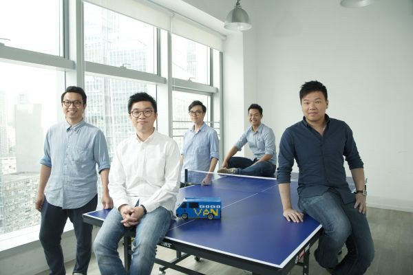 Steven Lam (áo trắng) và những người đồng sáng lập GoGoVan.