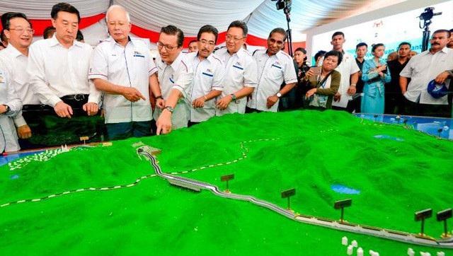 Cựu Thủ tướng Malaysia Najib Razak xem phối cảnh dự án đường sắt do nhà thầu Trung Quốc thi công trong ngày khởi công dự án vào tháng 9/2017. Dự án này sau đó bị chính quyền Thủ tướng Mahathir Mohamad tạm dừng do đội vốn. (Ảnh: AP)