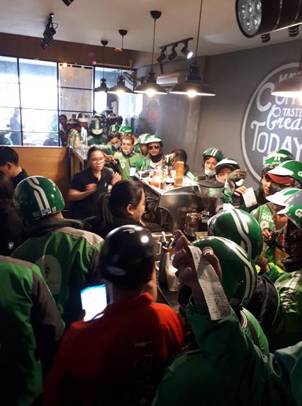 """Giờ cao điểm tại quán trà sữa Gong Cha, đối tác tài xế của GrabFood """"áp đảo"""" cả khách"""