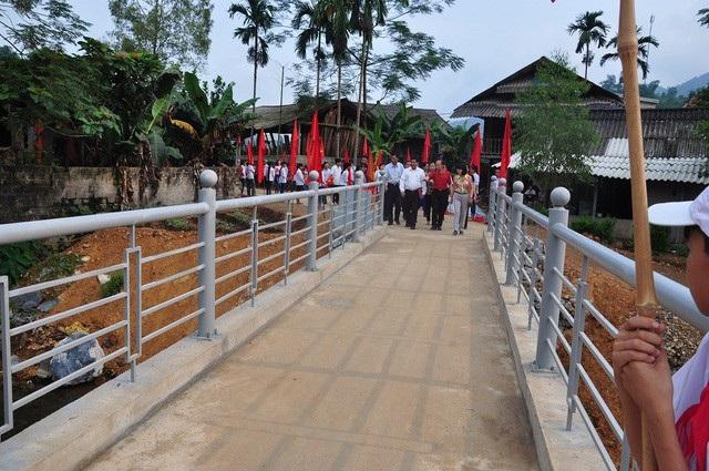 Được sự ủng hộ của bạn đọc, báo Dân trí đã hỗ trợ chính quyền địa phương xây dựng cây cầu mang tên Dân trí bắc qua suối Ngòi Rào với tổng mức đầu tư hơn 450 triệu đồng