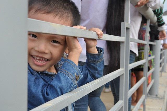 Nụ cười tươi tắn của em học sinh bên cây cầu mới