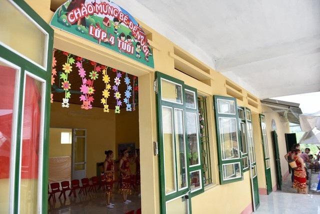 Trước khi có công trình khang trang này, hơn 100 em học sinh và cô giáo Trường mầm non Châu Quế Hạ phải học tạm trong nhà văn hóa của xã nên việc dạy học rất khó khăn vất vả