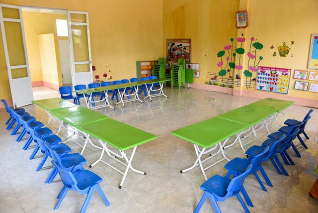2 phòng học mầm non còn được trang bị đầy đủ bàn ghế mới tinh