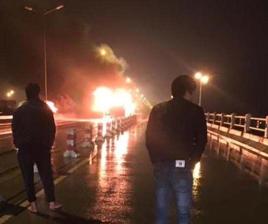 Hà Nội: Xe khách giường nằm bốc cháy trên cầu Thanh Trì - Ảnh 1.