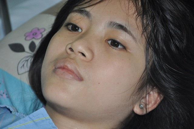 Hình ảnh của cô bé Oanh những ngày nằm điều trị tại bệnh viện Tim Hà Nội.