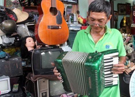 Đàn xếp cổ có tuổi đời trên 70 năm được ông Thơm nhặt về sửa lại chơi.