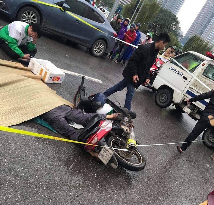 Va chạm với ô tô, người đi xe máy tử vong trên phố Hà Nội - Ảnh 2.