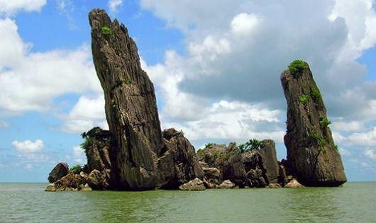 Rạng sáng 9/8/2006, mưa dông, sóng lớn đã làm hòn Phụ (hòn lớn) cao 33,6m của hòn Phụ Tử (xã Bình An, huyện Kiên Lương, Kiên Giang) bị gãy đổ thành nhiều đoạn, chìm xuống biển.