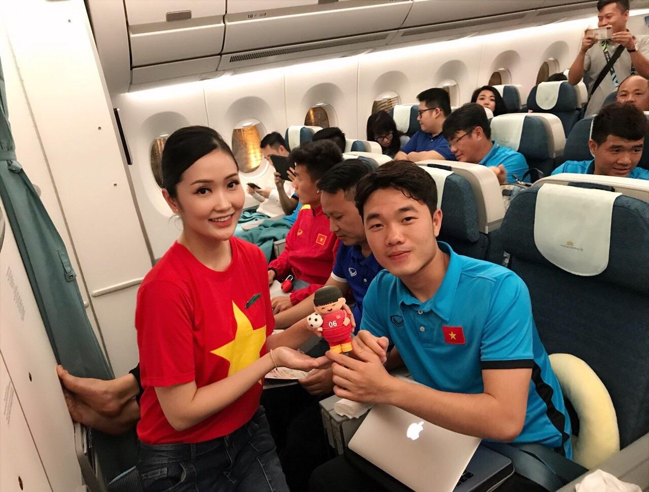 Món quà đặc biệt dành tặng thầy trò HLV Park Hang Seo trên máy bay - Ảnh 5.