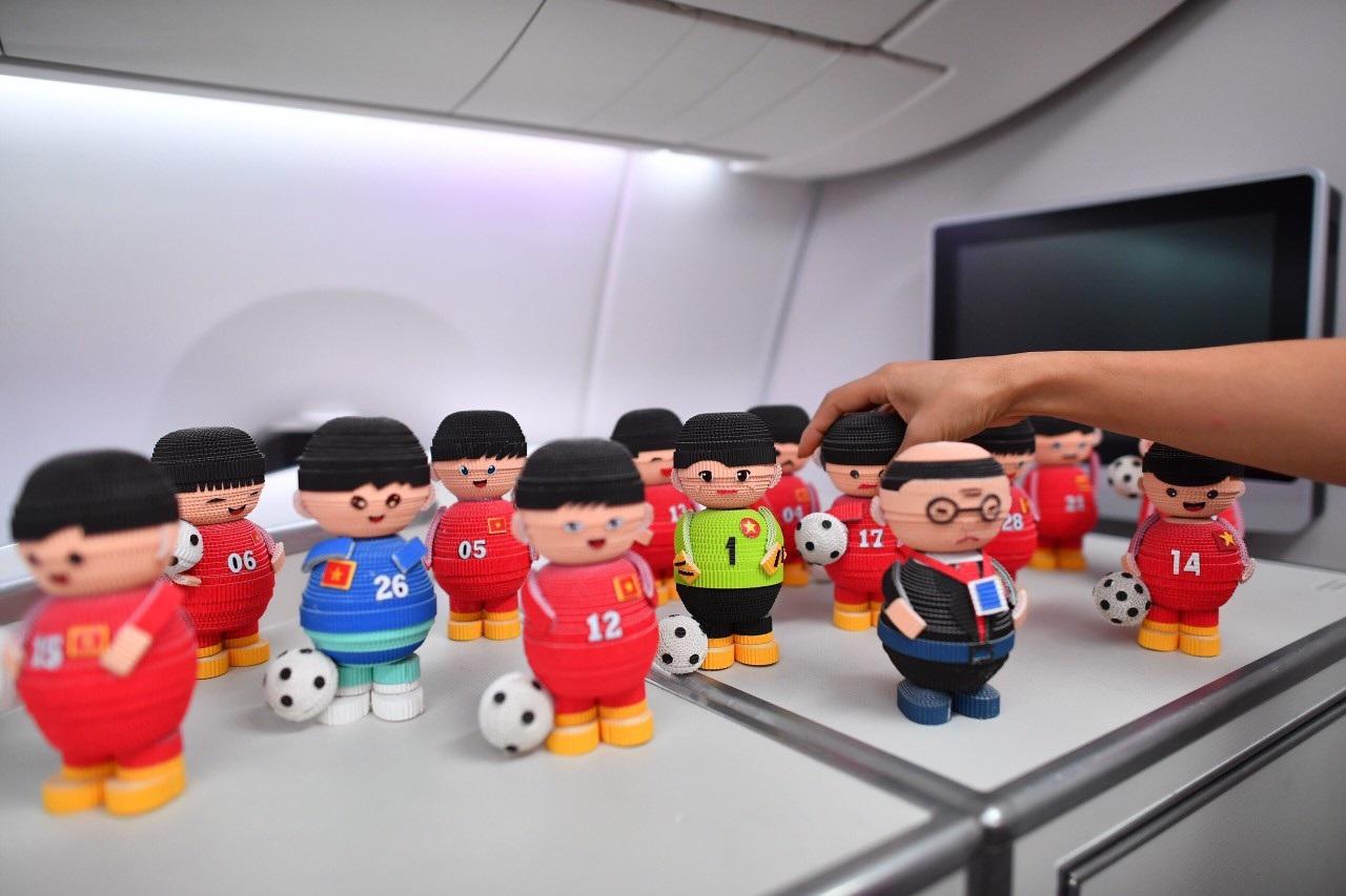 Món quà đặc biệt dành tặng thầy trò HLV Park Hang Seo trên máy bay - Ảnh 2.