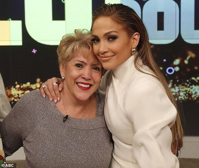 """Hai mẹ con nữ diva Jennifer Lopez cùng xuất hiện tại chương trình """"The View"""" (Mỹ)."""
