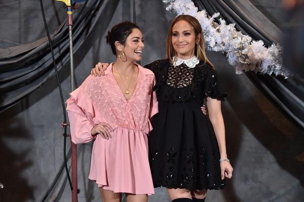 Vanessa Hudgens và Jennifer Lopez đang tích cực đi quảng bá cho phim mới Second Act, đây là lần đầu tiên 2 nữ diễn viên này đóng cùng với nhau trong 1 bộ phim.