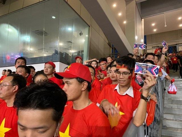 Hàng trăm CĐV Việt Nam sở hữu vé nhưng vẫn không thể vào bên trong sân